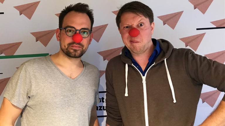 Deutschlandfunk-Nova-Moderator Dominik Schottner mit dem Clown Helge Nommensen