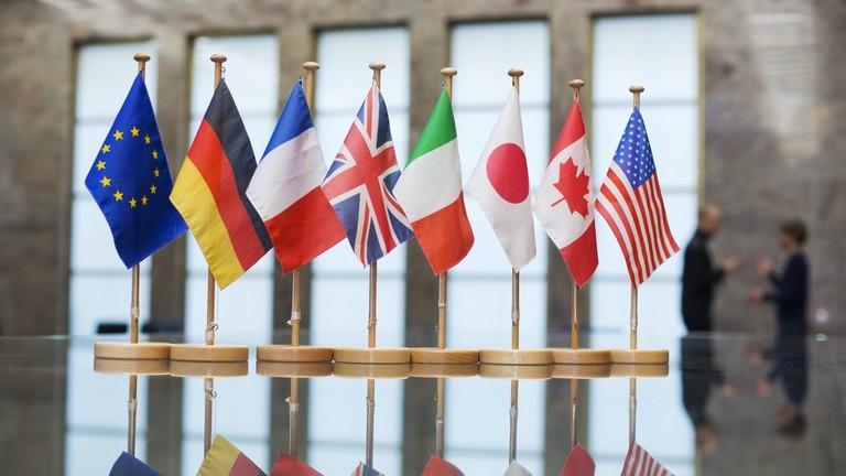 Die Flaggen der G8-Staaten Deutschland, Frankreich, Grossbritannien ( England / UK ), Italien, Japan, Kanada, USA mit der Europaflagge, Berlin, 26.11.2014.