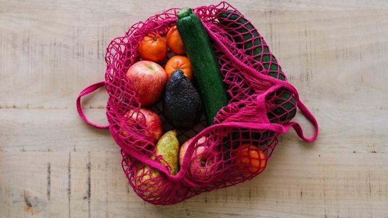 Eine Einkaufstasche mit Obst und Gemüse
