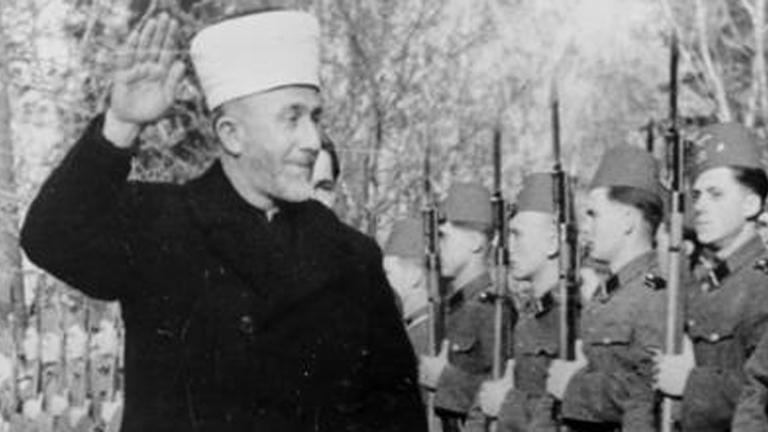 Der Großmufti von Jerusalem, Mohammed Amin al-Husseini begrüßt bosnische Freiwillige der Waffen-SS mit dem Hitlergruß (1943)