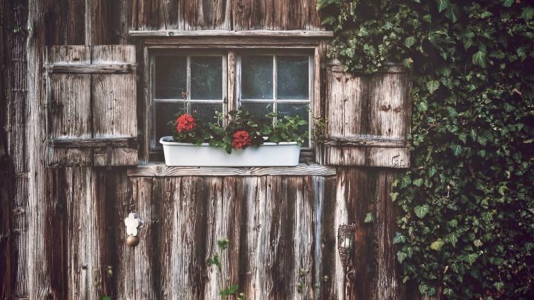 Das Fenster einer romantischen Holzhütte.