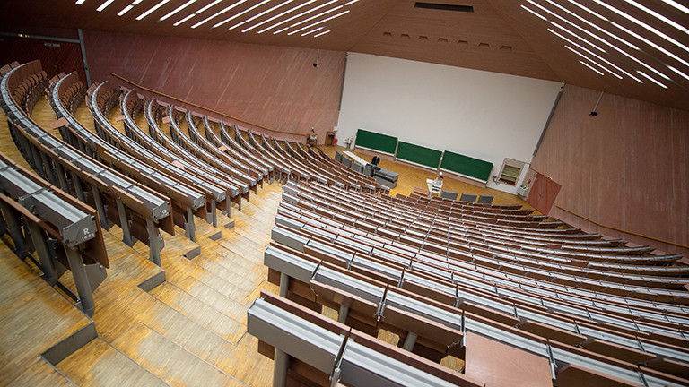 Ein leerer Hörsaal der Universität Stuttgart