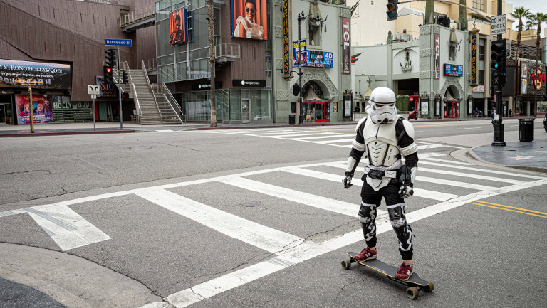 Skater in Storm-Trooper-Montur auf dem Hollywood-Boulevard in Los Angeles