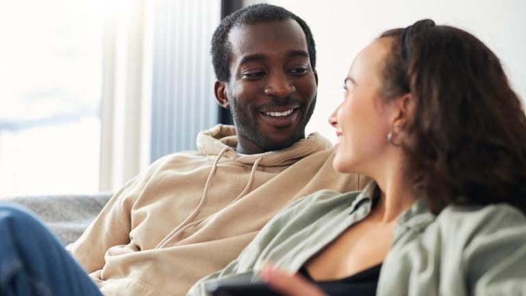 Ein Mann schaut seine Partnerin verliebt an.