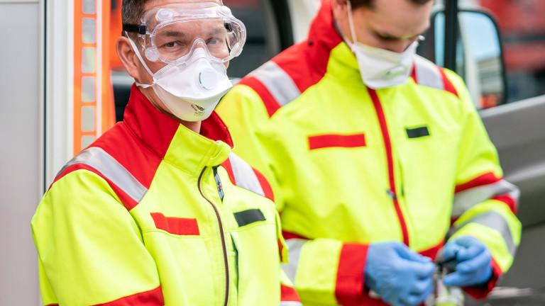 Feuerwehrleute zeigen sich in Schutzkleidung