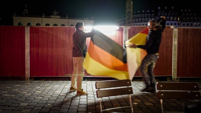 Nach dem Feierlichkeiten und Demonstrationen 2016 in Dresden: Deutschlandfahnen werden zusammengerollt