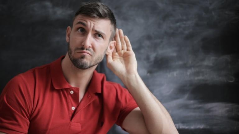 Ein man lauscht mit seinen Ohren