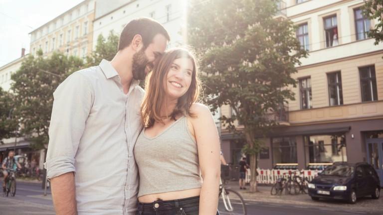 Junges Paar auf einer Straße.