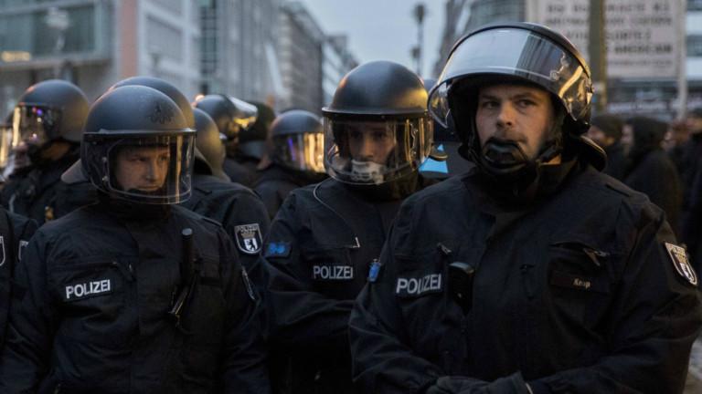 Polizisten am Checkpoint Charlie