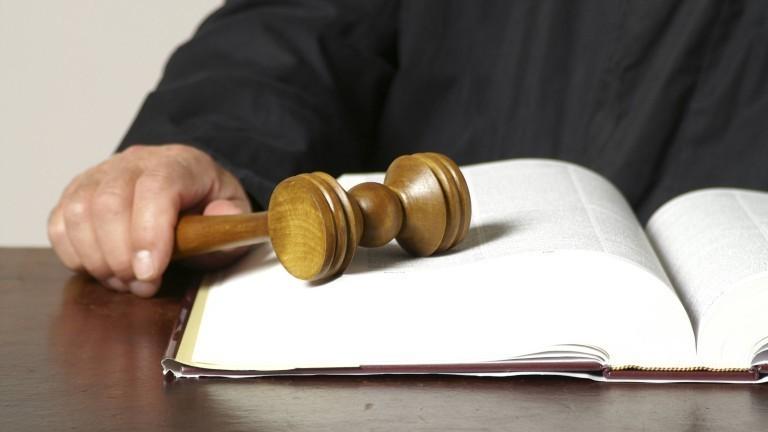 Ein Richter mit einem Buch und einem Richterhammer