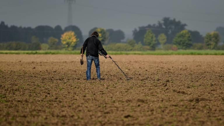Suchender mit Metalldetektor im Oktober 2015 auf einem Feld am Niederrhein