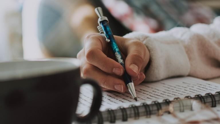 Eine Hand mit Stift schreibt