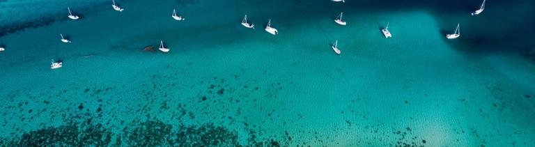 Segelbotte im türkisfarbenen Wasser von oben