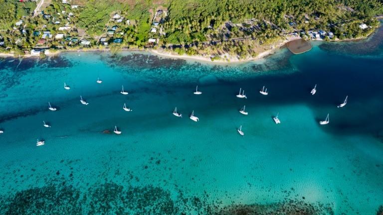 Segelboote vor Küste in Französisch Polynesien