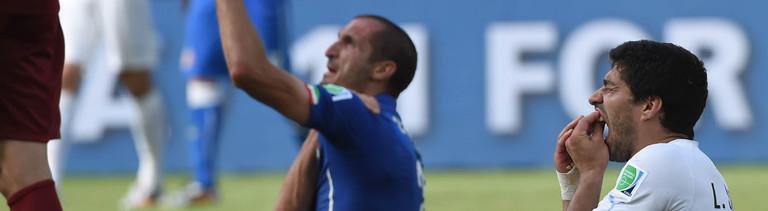 """Fußballer Luis Suarez (r.) hat zugebissen. Sein Gegenspieler und """"Opfer"""" beschwert sich, Suarez tun die Zähne weh."""