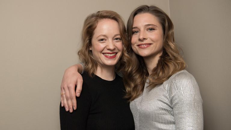 """Die Schauspielerinnen Leonie Benesch (l) und Svenja Jung bei einem Interviewtermin anlässlich der Netflix-Serie """"Zeit der Geheimnisse"""""""