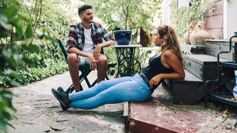 Ein junger Mann und eine junge Frau unterhalten sich.