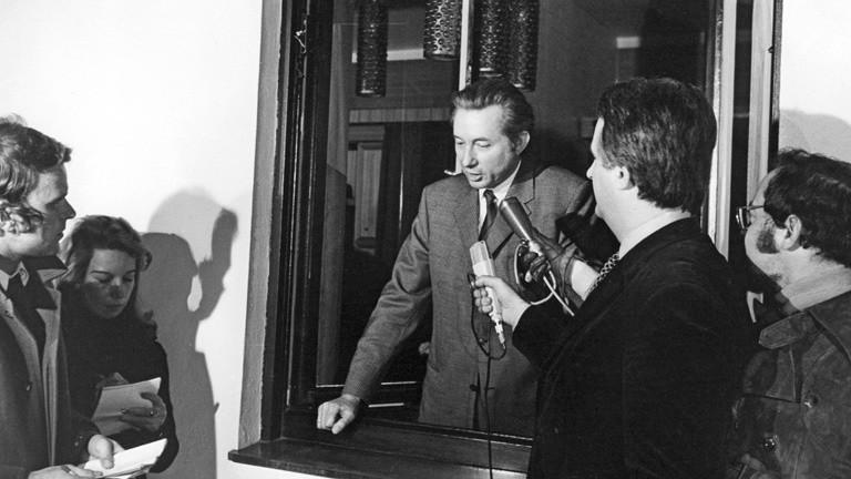 Der deutsche Millionär Theo Albrecht (M) gibt am 18.12.1971 nach seiner Freilassung durch seine Entführer eine Presseerklärung. Theo Albrecht war am 29.11.1971 entführt und erst nach der Zahlung von sieben Millionen Mark Lösegeld freigelassen worden.