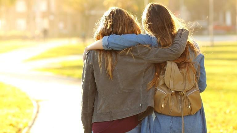 Zwei Freundinnen umarmen sich.