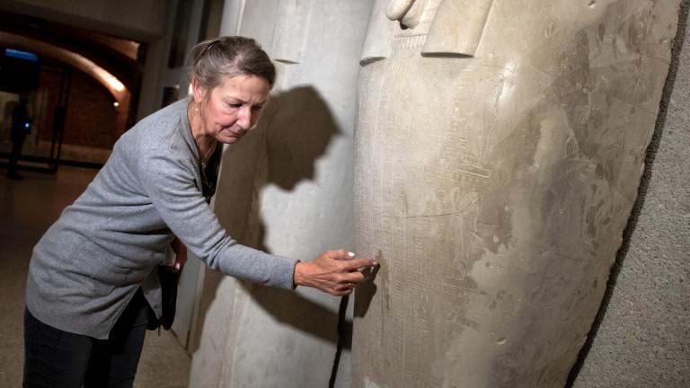 Friederike Seyfried, Direktorin des Ägyptischen Museums, zeigt Spuren der Sachbeschädigungen an einem Sarkophag des Propheten Ahmose