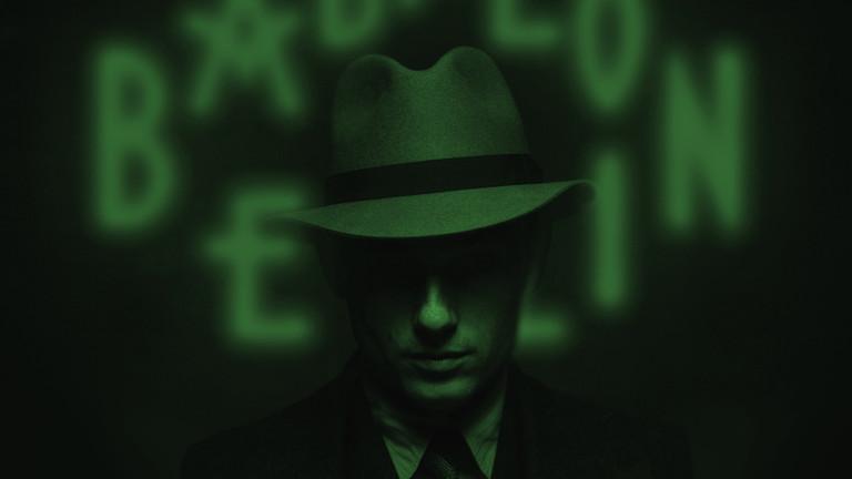 """Der Schauspieler Volker Bruch als Gereon Rath in einer Szene von Folge eines des Kriminalfilms """"Babylon Berlin""""."""