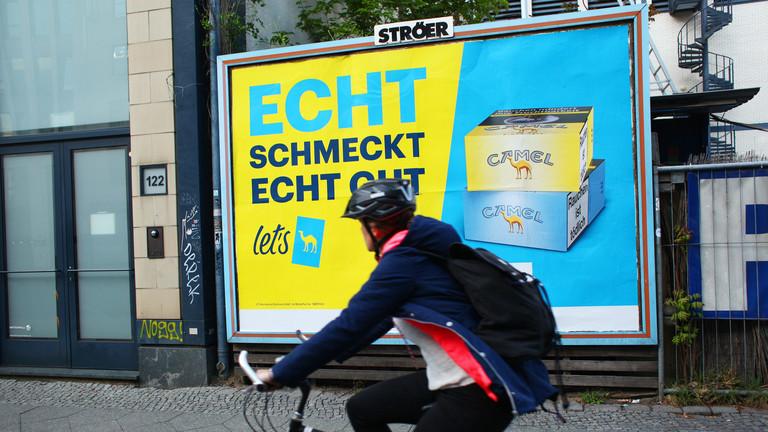 """29.04.2019, Berlin: Ein Plakat wirbt für Zigaretten der Marke Camel mit dem Slogan """"Echt schmeckt echt gut""""."""