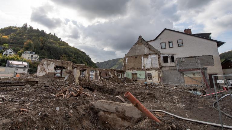Ein zerstörter Gasthof am Ufer der Ahr in Dernau drei Monate nach der Flutkatastrophe vom Juli, 13.10.2021