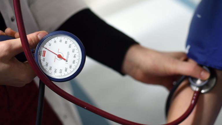 Ein Arzt misst einem Patienten den Blutdruck