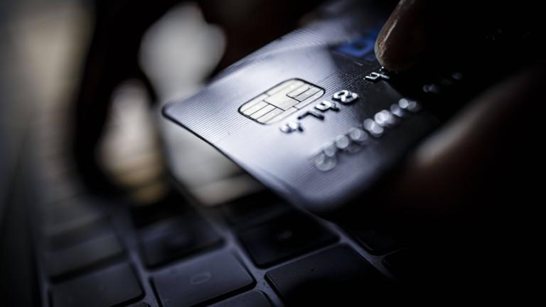 Eine Kreditkarte vor einer Tastatur