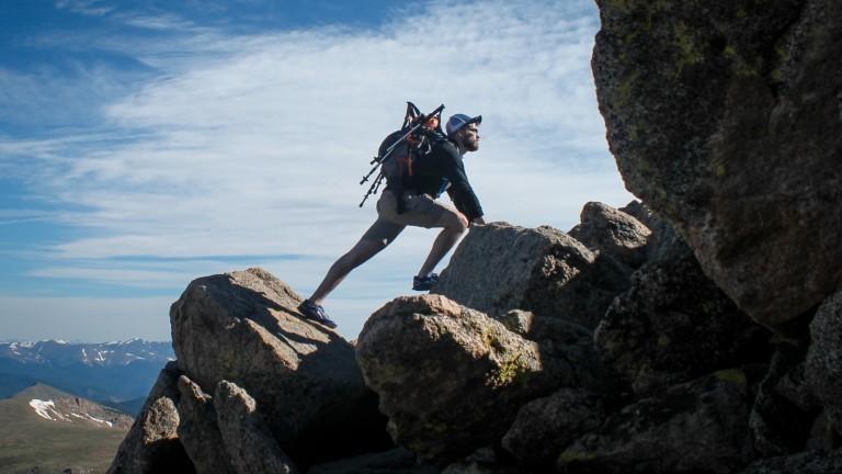 Ein Mann klettert allein in den Bergen