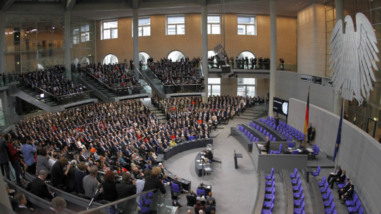 Mitglieder haben sich im Plenarsaal des Bundestags versammelt.