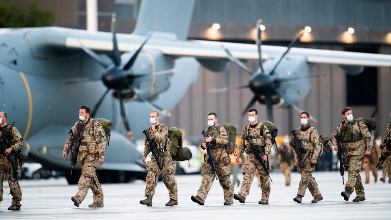 Soldaten steigen aus den Transportflugzeugen A400M der Bundeswehr und dem Airbus A310 der Luftwaffe nach der Landung auf dem niedersächsischen Stützpunkt Wunstorf. 27.8.21