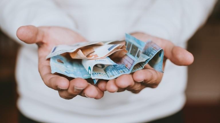 Geldscheine in zwei Händen