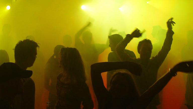 Tanzende Leute im Club.