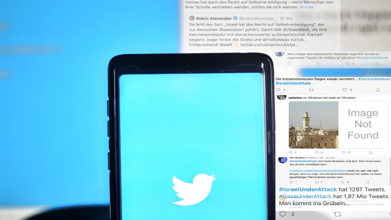 EIn Smartphone mit dem Twitterlogo, im Hintergrund Tweets zum Israel/Palästina-Konflikt