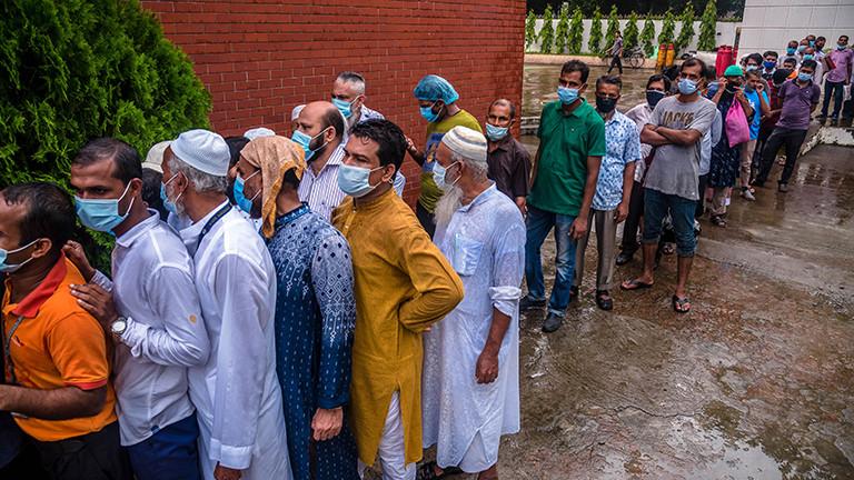 Menschen stehen dichtgedrängt in einer Warteschlange, um eine zweite Dosis mit dem Corona-Impfstoff von Astrazeneca zu erhalten.