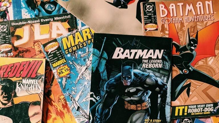 Viele alte Batman-Comics übereinander gestapelt