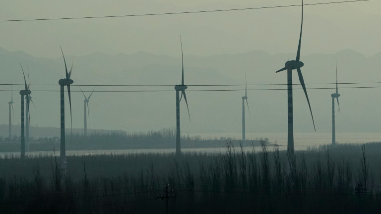 Windräder auf der Hochgeschwindigkeitsstrecke von Beijing nach Zhangjiakou im Nordwesten Chinas Provinz Hebei am 15.12.2020