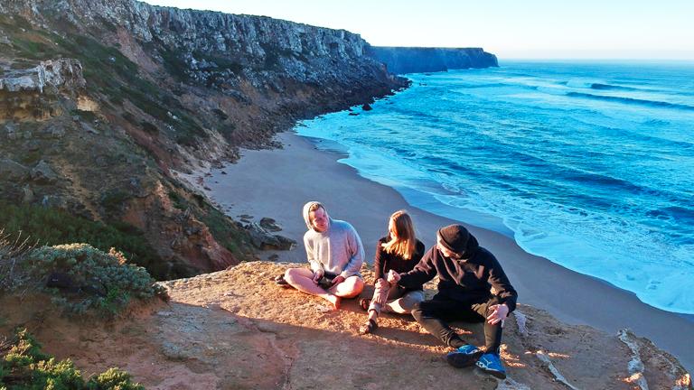 """Ina Bierfreund, Felix Hartge und Tim Noetzel vom Projekt """"Driving Europe"""" auf einer Klippe in Portugal"""