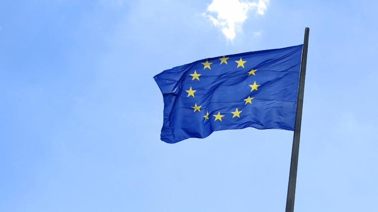 Eine Europafahne weht auf dem Reichstagsgebäude in Berlin. (dpa)