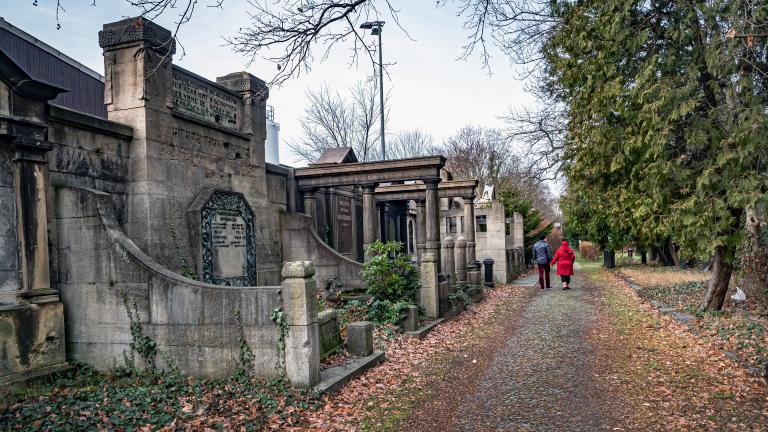 Zwei Spaziergänger auf dem Jüdischen Friedhof Berlin Pankow Weissensee