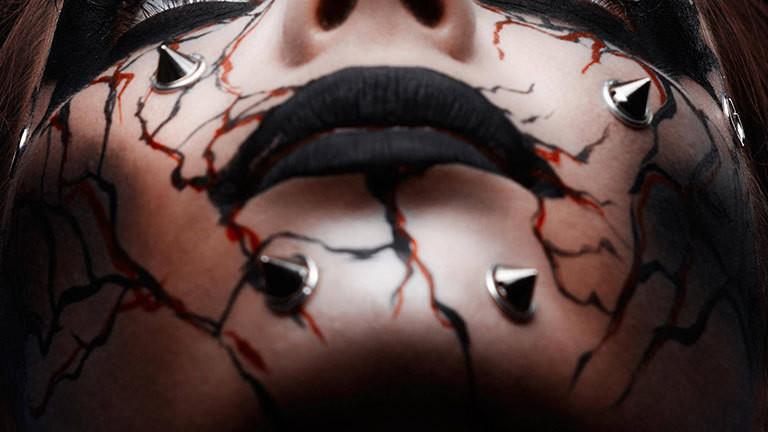 Schwarz geschminkte Lippen