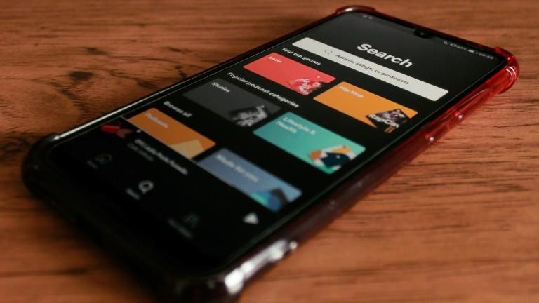 Ein Handy mit Spotify Playlisten