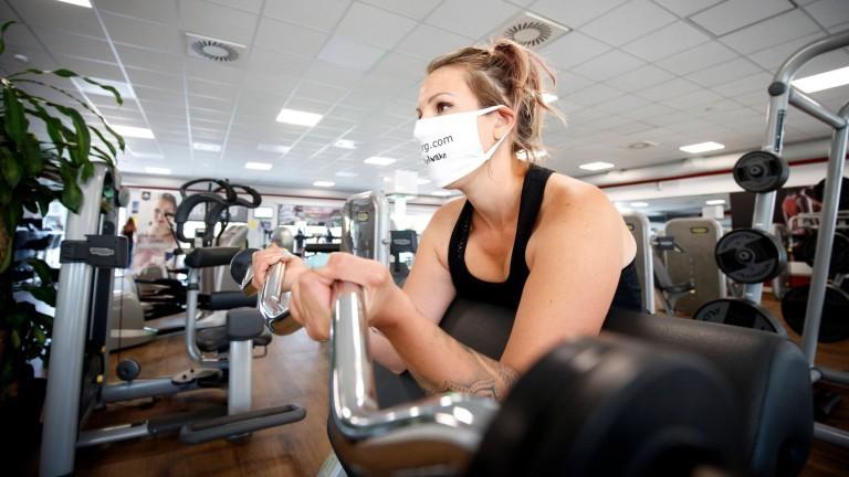 Eine Frau mit Maske im Fitnessstudio