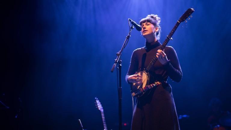 Die Musikerin Kate Stables auf der Bühne