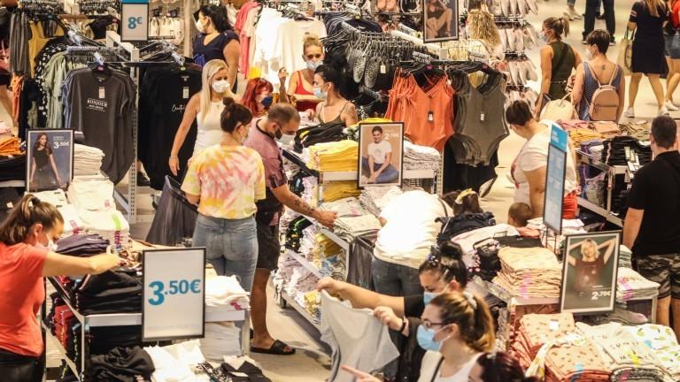 Menschen kaufen in einem Klamottenladen ein