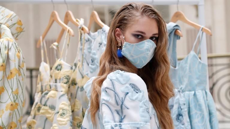 Ein Model trägt eine passende Maske zu ihrem Outfit