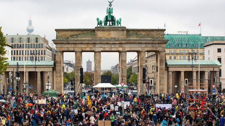 Eine Fridays for Future Demonstration vor dem Brandenburger Tor