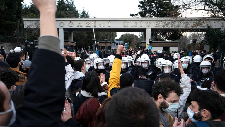 Studierende und Polizei am Tor der Bosporus-Universität in Istanbul