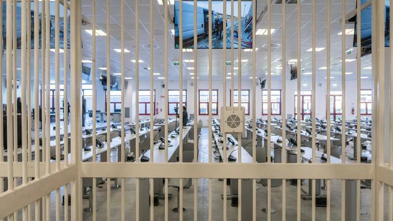 Blick durch Gitterstäbe in den Gerichtssaal in Lamezia Terme